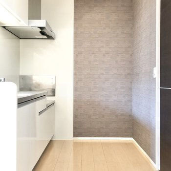 【LDK】キッチンまわりはゆったりしているので、食器棚や調理機器を置くラックなども置けそう。