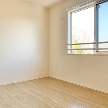 【洋室6帖】窓もあって、風通しが良いです。