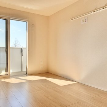 【洋室7.5帖】フックもあるので空間がスッキリしますね。