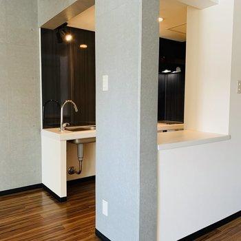 キッチン背面は配膳カウンターの様になっています
