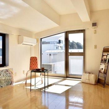 【洋室12帖】日差したっぷり。暖かいお部屋です。