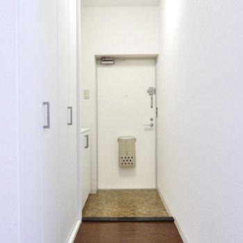 玄関から廊下はL字に曲がっているので、室内を覗かれる心配もありません。