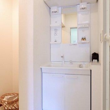 【上階】収納たっぷり。真っ白な洗面台。
