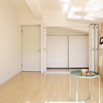 【洋室12帖】衣類の整理整頓に便利なクローゼットも完備。