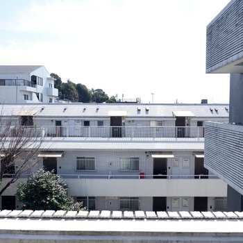 【洋室12帖】4階に上がると晴れた日の日差しが気持ち良いです。