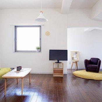 【洋室13.5帖】大型のソファも置けますね。
