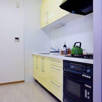 設備充実。爽やかなイエローのキッチン。