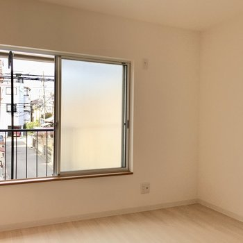 洋室②】次は隣の洋室へ。このお部屋にも窓がありますよ。