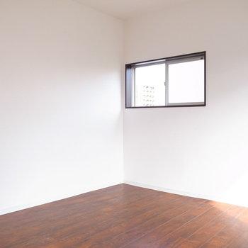 【洋室】もうひとつ窓があります。風がよく通っていました。
