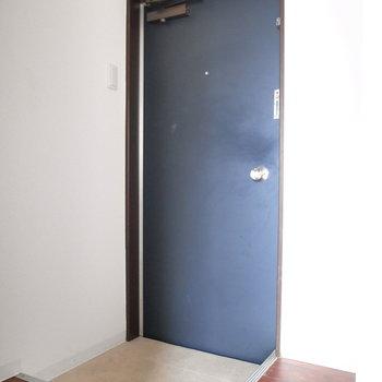 コンパクトな玄関ですが、シューズボックスを置くスペースはありますよ◎