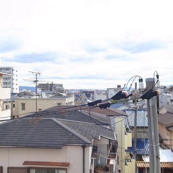 眺望は住宅街の屋根たち。奥まで抜けています。