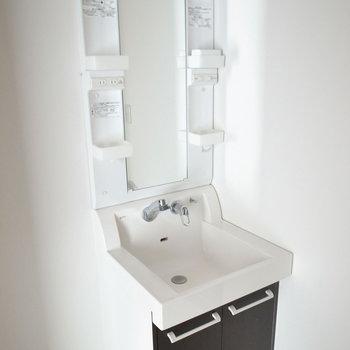 すっきりシンプルな形の洗面台。