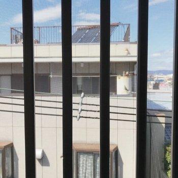 窓からの眺望は住宅がみえます◎