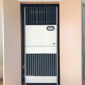 リビングには扉の中に大きなエアコンあります!