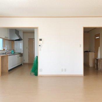 右は玄関、左はキッチン。