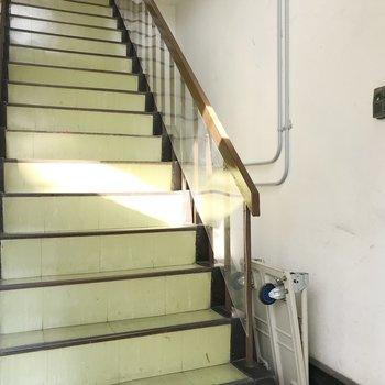 エントランスはなく、すぐ階段です。