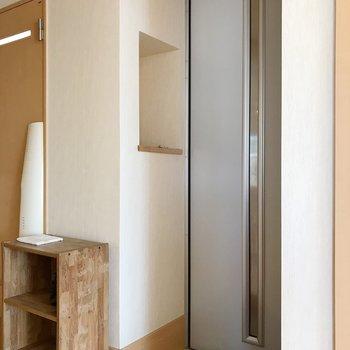 玄関は小さめサイズ。