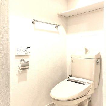 棚とウォッシュレットがついたトイレ!◎
