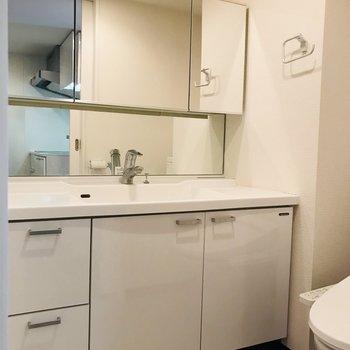 洗面台は幅広で使いやすい!