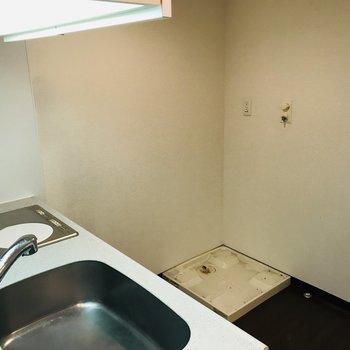 キッチン正面に洗濯機置場があります※写真はクリーニング前のものです