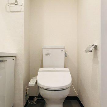 トイレは洗面所内です