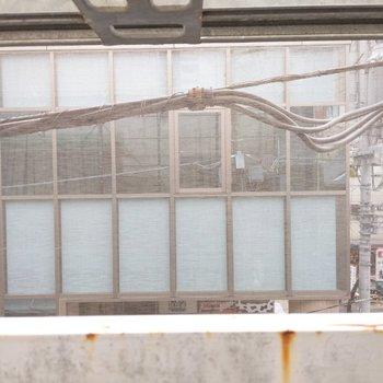 眺望は向かいの建物が見えます。 ※外装工事中の写真です