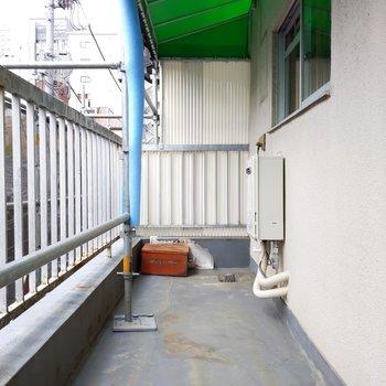 南向きバルコニーは洗濯物を干すには困らないスペース。 ※外装工事中の写真です