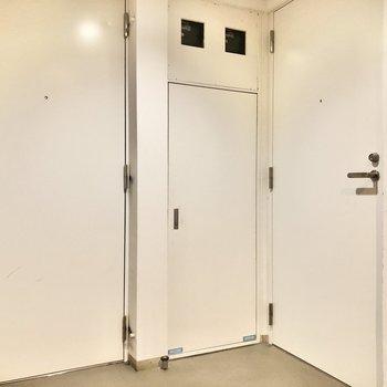 エレベーター前共用部です。こちらも白扉が並び美しい。