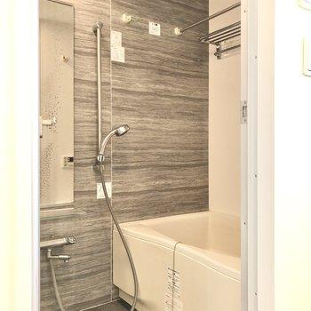 浴室乾燥機、追い焚き機能付きです。※写真はクリーニング前のものです