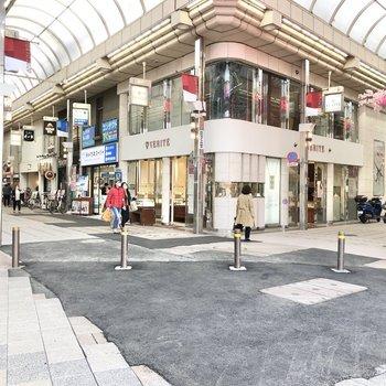 駅前の商店街です。たくさんのお店が並びます。