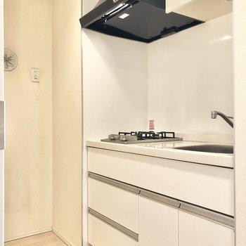 キッチンです。奥に冷蔵庫、レンジなど置けますね。