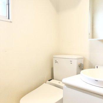 トイレです。上部のオープン収納も活用してくださいね。