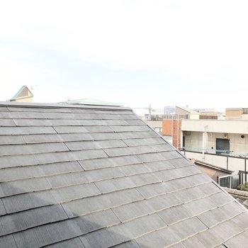 小窓からの眺望はお隣の屋根。こちらは少し窮屈でしょうか。