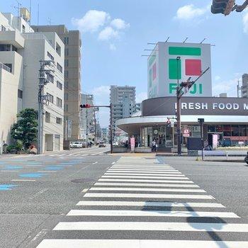 大通りへ出ると、スーパーや飲食店が立ち並んでいます。