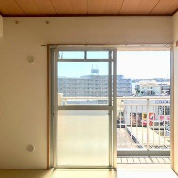 【和室】LDKの横は和室。日向ぼっこしたくなる。