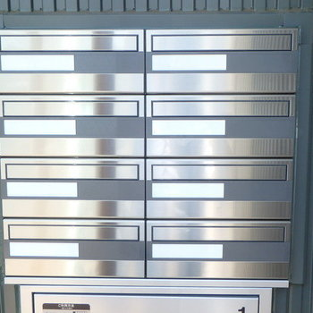 【エントランス】シンプルなメールボックス