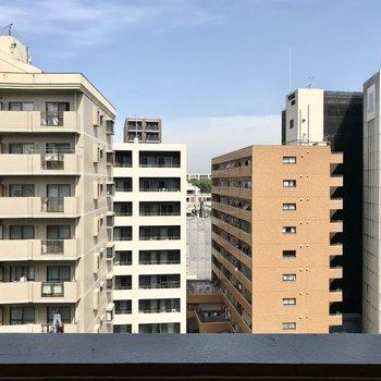 向かい側のマンションが見えますが距離があるので圧迫感はありません!
