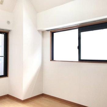 こちらも2面採光でした。サイドの窓の先はお隣さんの共用部です