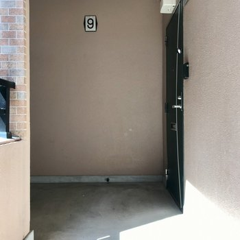 共用部もきれいです。お部屋はエレベーターの目の前の角部屋