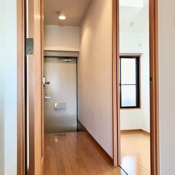 もう1部屋の洋室は廊下側に
