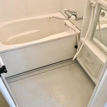 お風呂は使いやすいサーモ水栓。鏡もありますよ!