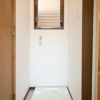 トイレとお風呂の間に洗濯機置き場があります。