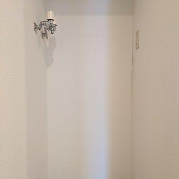洗面台のすぐ向かい側には洗濯機置き場もあります。