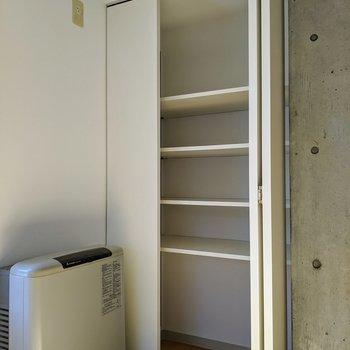 リビングストーブ横には、棚付きの収納があります