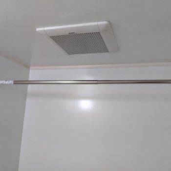 便利な浴室洗濯もの干しスペース。