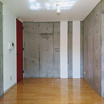 【リビング】コンクリートと赤い扉のコントラストが素敵。