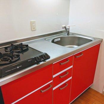 2口ガスコンロのシステムキッチン。赤が映えます。