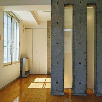 【洋室①】コンクリとガラスの組み合わせがモダンな雰囲気。