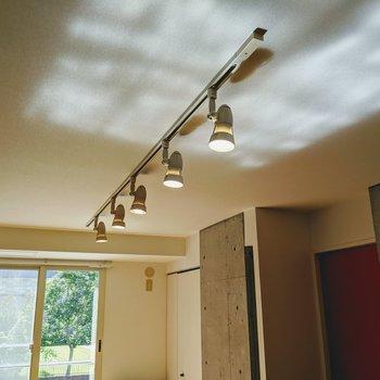 各部屋にはライティングレールがついています。