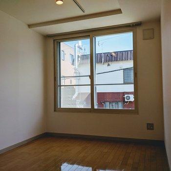 【洋室①】書斎やくつろぐスペースに良さそうな空間ですね。